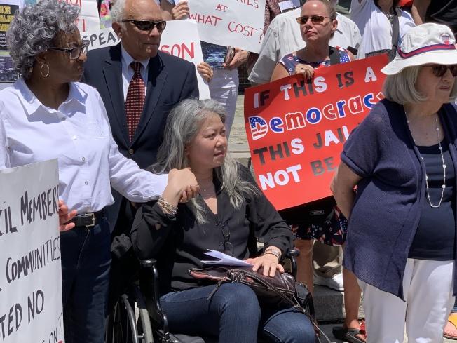 Nancy Kong(坐輪椅者)向亞當斯及高步邇喊話,呼籲兩人明確反對監獄入社區的立場。(記者賴蕙榆/攝影)