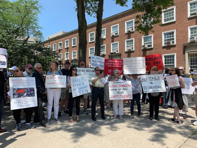 市府強推秋園監獄,數十個團體在皇后區公所前集會抗議。(記者賴蕙榆/攝影)