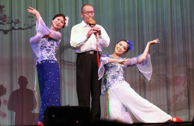 瑞雲藝術團李桂雲(左)與女兒黃蓮(右)的雙人舞「我愛你塞北的雪」,由黃家瑞以葫蘆絲伴奏,展現出一家人出眾的才藝。(本報記者/攝影)