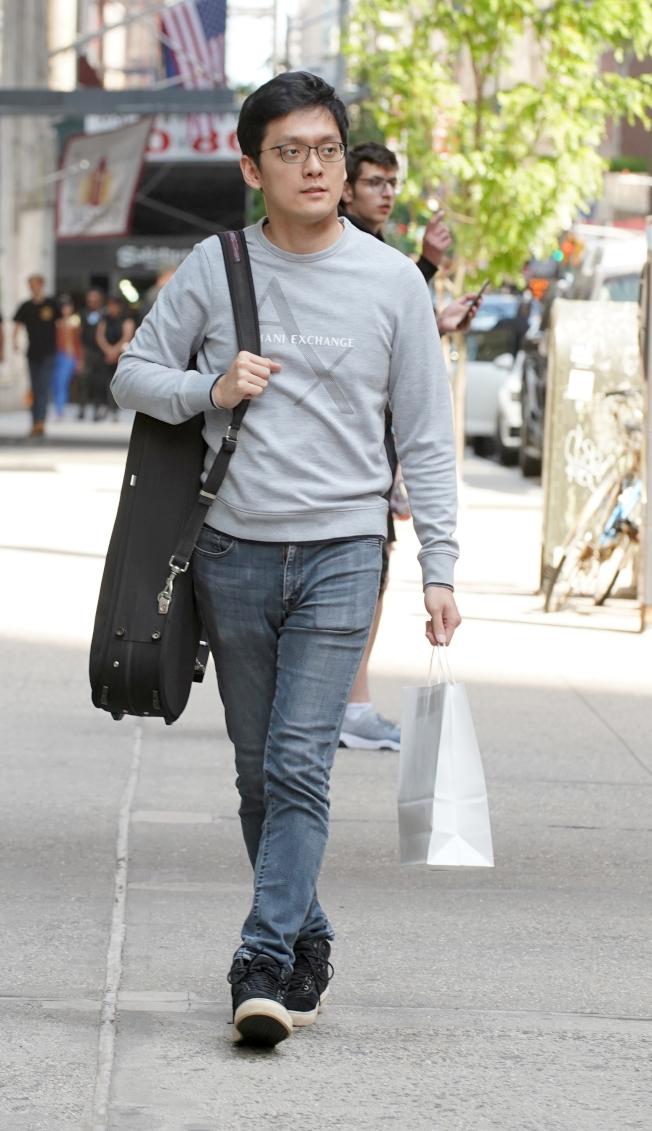曾宇謙揹著琴盒,在紐約街頭。(記者許振輝/攝影)