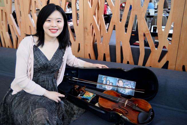廖姵珳把爸爸媽媽和她的合照放在琴盒裡,隨身相伴。(許振輝/攝影)