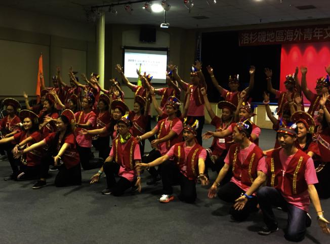45位青年志工在結業典禮上大秀原住民舞蹈。(記者謝雨珊/攝影)