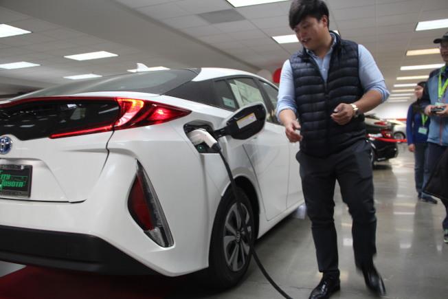 電動車銷售示範充電。(記者李晗/攝影)