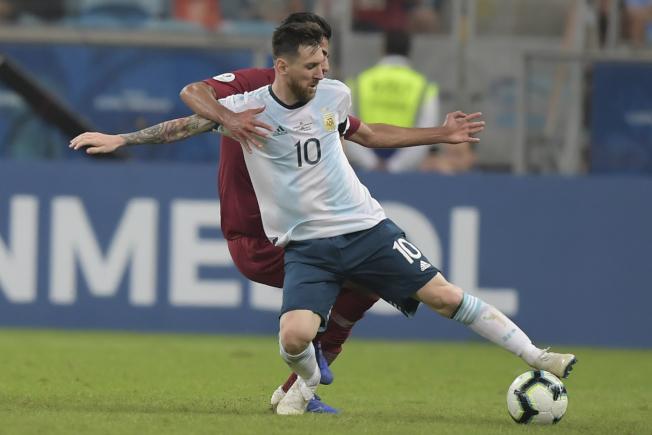 2019美洲杯,阿根廷最後一場小組賽2:0擊敗卡達,以B組第2出線,8強將對上A組第2的委內瑞拉,圖為阿根廷球星梅西在比賽中護球。(Getty Images)
