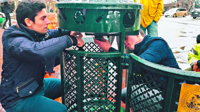 圖為Nordsense員工2018年在舊金山的Sixth和Market街道的垃圾箱中安裝了一個智能傳感器。從2019年春季開始,智能傳感器將安裝在城市周圍的1000個垃圾箱中。(舊金山公共工程部)