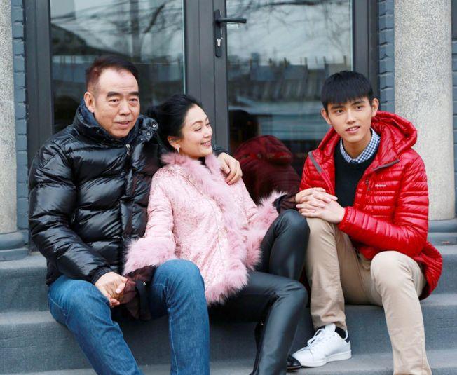75.在陳凱歌(左)的家中,沒有「慈母嚴父」的角色分配,右起分別為陳飛宇、陳紅。(取材自微博)