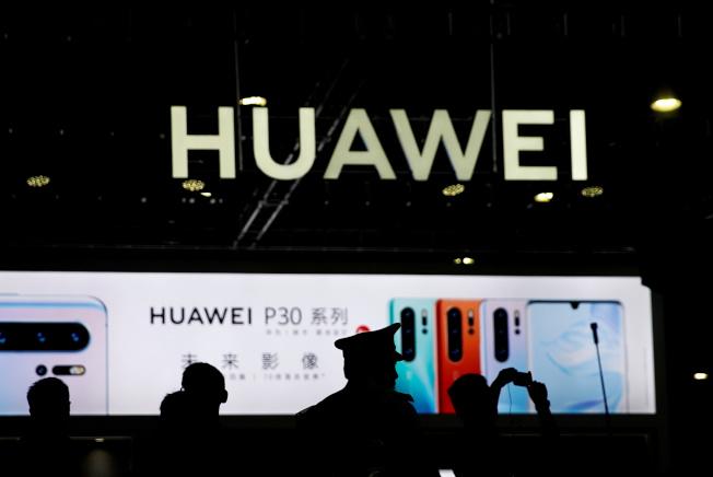 美國對中國科技企業的技術進行封鎖,中國官媒警告,一旦中美科技對壘成為持久戰,可能會促使兩國各自發展獨立的技術體系,世界將裂變成兩個科技陣營。圖為遭美國封鎖的中企華為。(路透)