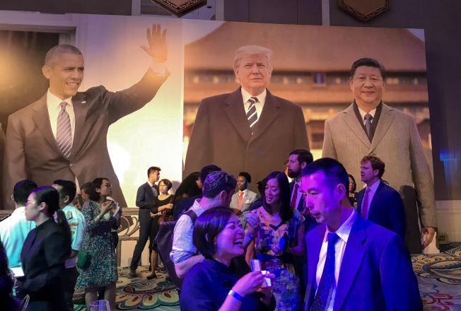 北京有三張新牌對抗美國的貿易戰,並有長期奮戰的準備。圖為在北京一家酒店舉行的紀念美中建交40周年的酒會。(Getty Images)