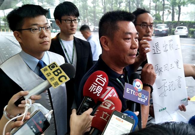 長榮航空副總陳耀銘(中)由律師(左)陪同出示「十多位」想要拿回「三寶」證件經法院公證的空服員委託書,表示由律師代替拿回證件。(記者曾增勳╱攝影)