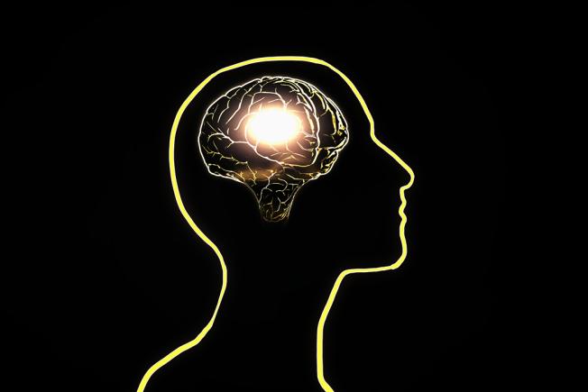 有別於過去認為帕金森症和大腦缺乏多巴胺物質有關,一項近期刊登在英國醫學期刊《柳葉刀神經醫學》的研究顯示,在帕金森患者出現任何症狀前的15至20年,大腦中的血清素就有變化,而這可作為帕金森症的早期預警。 圖/ingimage