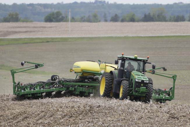 圖為在內布拉斯加州的農民在大豆田裡工作。美聯社