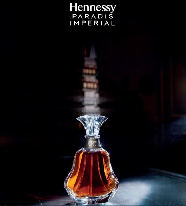 百樂廷皇禧水晶酒瓶,這是水晶切割大師們匠心獨運的傑出之作,其曲線和張力之間既細緻而又大膽的平衡之美令人愛不釋手。