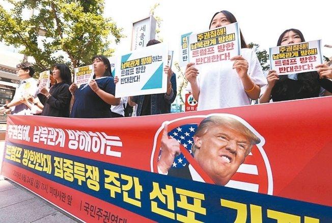 美國總統川普將在29日訪問南韓。反對川普的南韓民眾廿四日在首爾美國大使館前抗議川普來訪。 (歐新社)