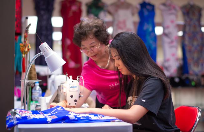 馬麗榮一對一、手把手地教授裁縫,希望能將這門得下苦功的精緻功夫,傳遞給下一代。(馬姐提供)
