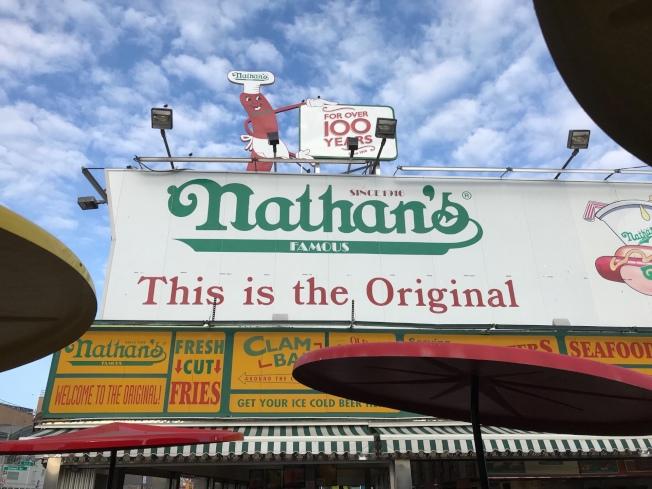 紐約康尼島的Nathans熱狗開枝散葉,已是全美聞名品牌。(張大仁/攝)