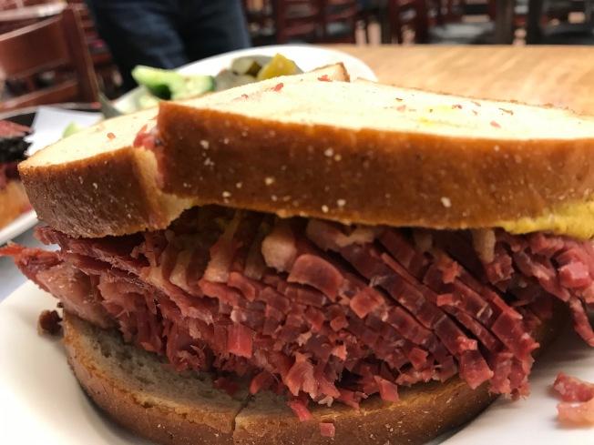 紐約Katz餐廳知名的醃牛肉三明治食客依然大快朵頣。(張大仁/攝)