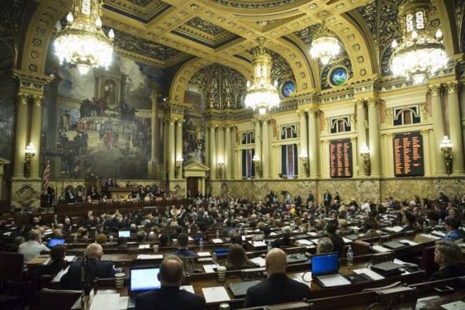 賓州州長沃爾夫24日與議會就340億元的新財年預算案達成一致。(美聯社)