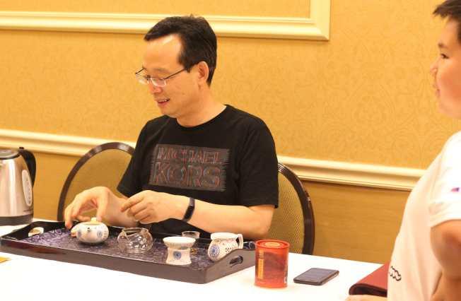金獎獲得者現場為民眾泡茶。(記者謝哲澍/攝影)