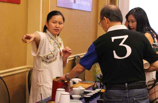 參賽者為民眾介紹茶葉。(記者謝哲澍/攝影)