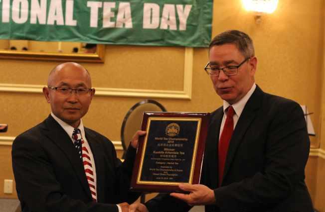 世界茶葉博覽組織主席Robert Aslanian(右)為草本茶類冠軍頒獎,由沙漠綠洲基金會主席蘇光代為領取。(記者謝哲澍/攝影)