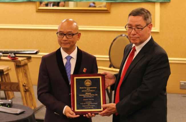 世界茶葉博覽組織主席Robert Aslanian(右)為普洱茶類金獎冠軍頒獎。(記者謝哲澍/攝影)