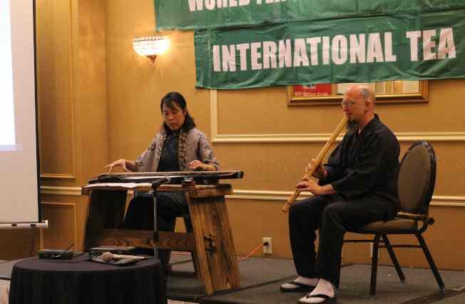木管樂器「尺八」與古箏合奏吸引大批觀眾。(記者謝哲澍/攝影)