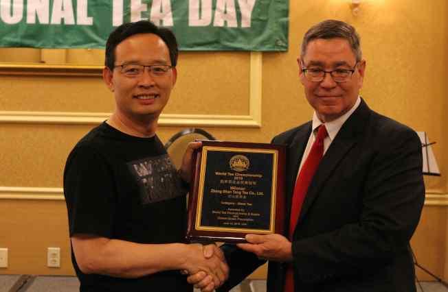 世界茶葉博覽組織主席Robert Aslanian(右)為紅茶類金獎冠軍頒獎。(記者謝哲澍/攝影)