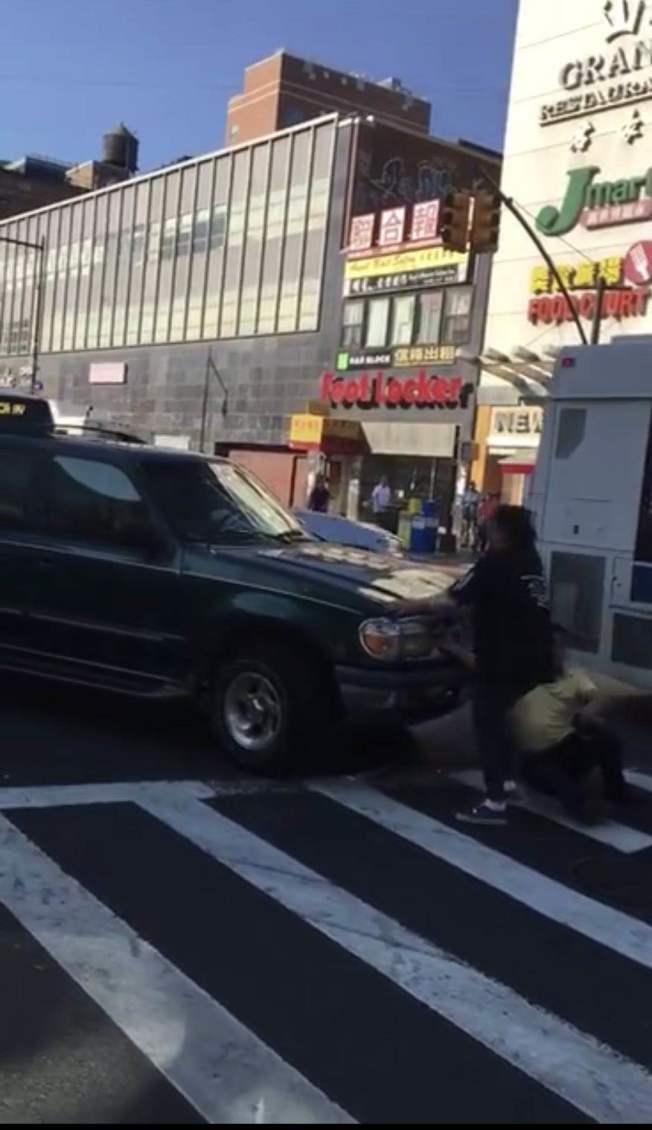 法拉盛市中心日前發生疑似碰瓷事件。(視頻截圖)