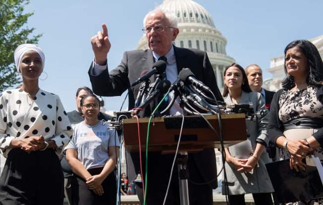 參加民主黨總統初選的參議員桑德斯24日在華府宣布政見提案,免除所有學貸1.6兆元,得到民主黨激進派眾議員到場表示支持。(美聯社)