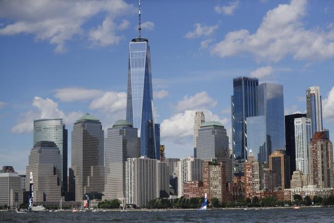 加州、紐約州及新澤西州等地受新稅法影響,已開始出現人口外移趨勢。圖為紐約曼哈頓摩天大樓群。(美聯社)