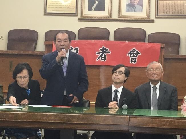 梁永泰(左二)感謝先賢的努力及服務僑胞的精神。羅省中華會館副主席廖美華(左起)、洛僑中心主任翁桂堂、及僑務諮詢委員高啟正。(記者謝雨珊/攝影)