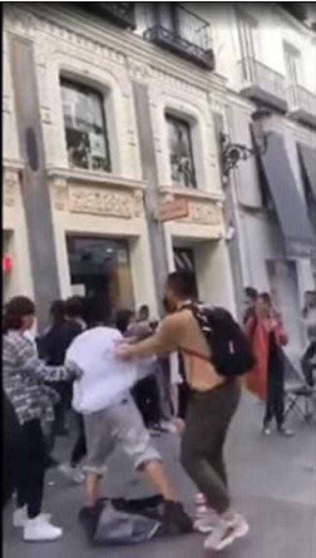 為搶限量球鞋,華人在西班牙街頭大打出手。(取材自微信)