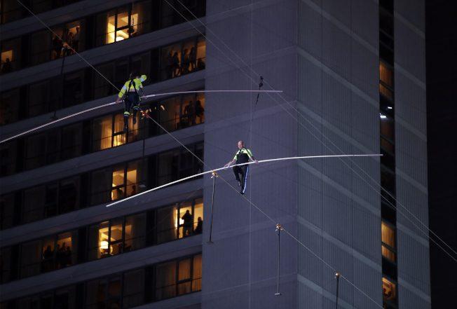 特技姊弟 時報廣場25樓高空對走鋼索