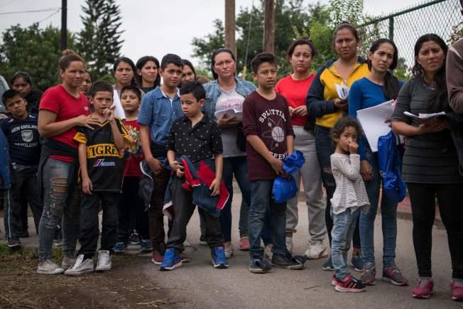 大批中美洲無證客一家大小都在墨西哥境內隨時準備不計代價偷渡進入美國。(Getty Images)