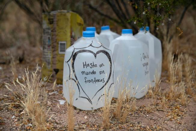 國際人道組織「 不容再死」義工在無證移民自墨西哥偷渡入美境的必經德州與亞歷桑那州的沙漠途徑上,沿路預放清水,供偷渡者飲用。(Getty Images)