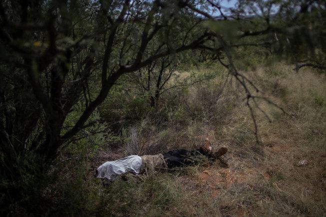 無證移民自墨西哥偷渡入美境的必經德州與亞歷桑那州的沙漠途徑,夏日高溫, 極為危險。圖為去年9月不幸死在亞歷桑納州沙漠中的瓜地馬拉偷渡客。(路透)