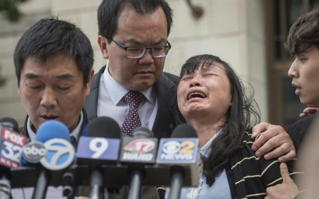 章瑩穎的父親章榮高宣讀聲明,母親在旁痛哭。(美聯社)