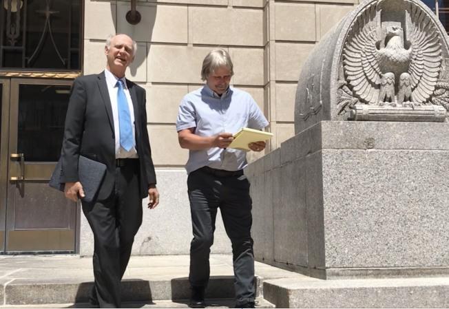 被告的辯護律師塔克,和被告父親走出法院。(特派員黃惠玲/攝影)