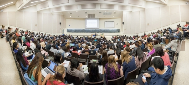 上大班課的聖地牙哥加大半圓形演講廳。(取材自學校官網)