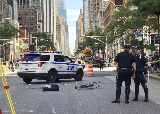 一名女騎士24日上午在曼哈頓雀兒喜社區的街道上被卡車撞上後喪命。圖為倒在路上的自行車和物品。(美聯社)