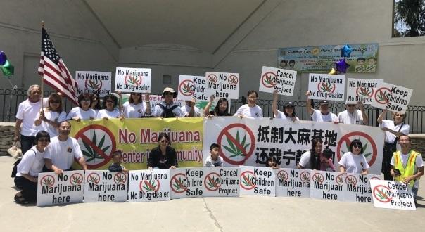大洛杉磯社區聯盟舉辦記者會,前排右一為大聯盟主席江志高。(記者王若然/攝影)