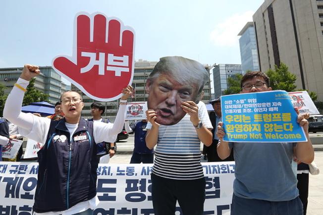 美國總統川普將在29日訪問南韓。反對川普的南韓民眾24日在首爾美國大使館前抗議川普來訪。(歐新社)