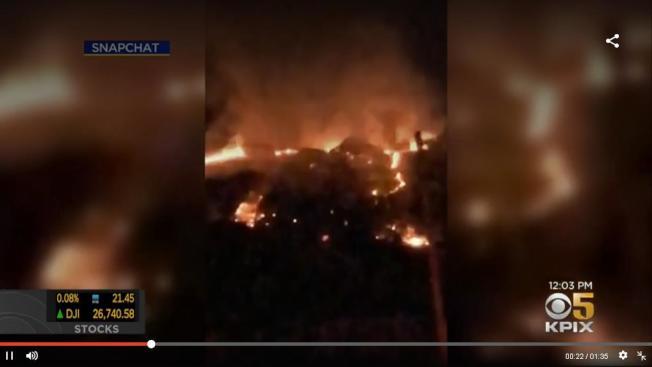 佛利蒙奈爾斯區周日晚上發生二級野火,迅速焚毀5畝土地。(電視新聞截圖)