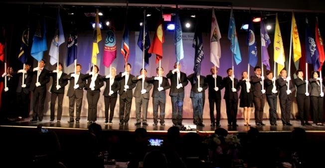 美南中國大專院校聯會2019年會暨獎學金之夜,晚會由23所大專院校代表掌旗入場。(記者盧淑君/攝影)