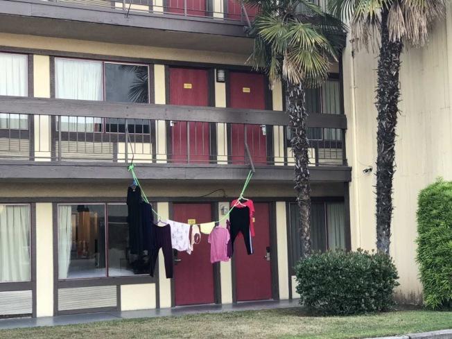 有中國大媽把賓館當自家,晾衣繩上掛著內衣內褲引來旁人側目。(讀者提供)
