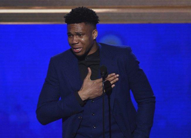 公鹿字母哥獲選NBA年度MVP,上台致詞時情緒激動,忍不住落淚。(美聯社)