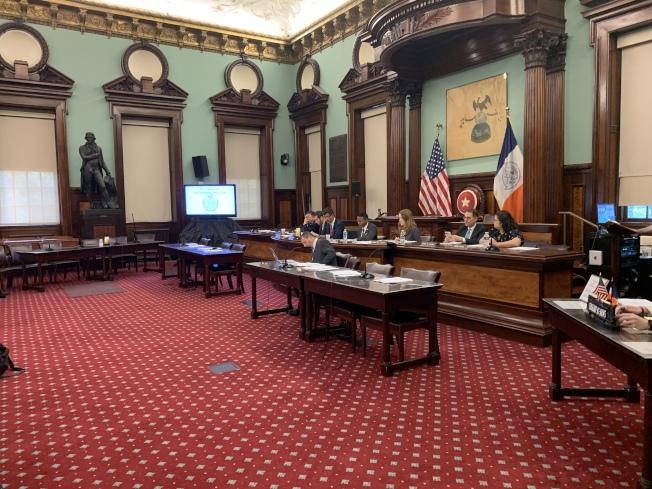 市議會交通委員會和監管調查委員會24日召開公聽會,就四項嚴管計程車牌照購買融資信貸市場的提案聽證。(記者和釗宇/攝影)