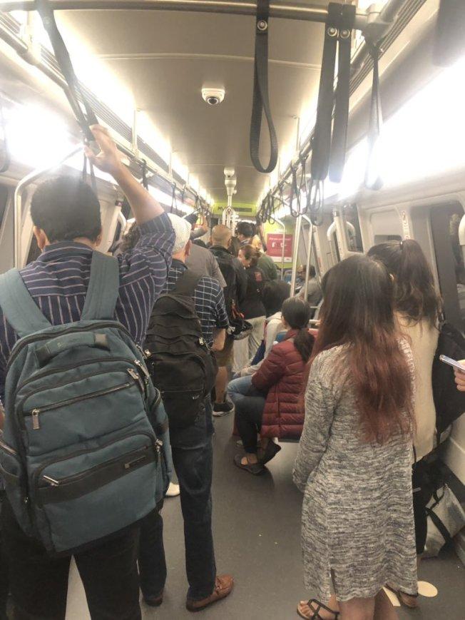 捷運新列車在屋崙發生故障,車上400多名乘客必須下車走回地面。(取材自推特)