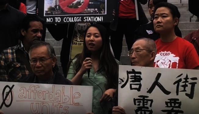 趙少華(後排中)5月曾在洛市府前參加群眾抗議活動,期盼市府提供更多的可負擔住房單位。(記者謝雨珊/攝影)