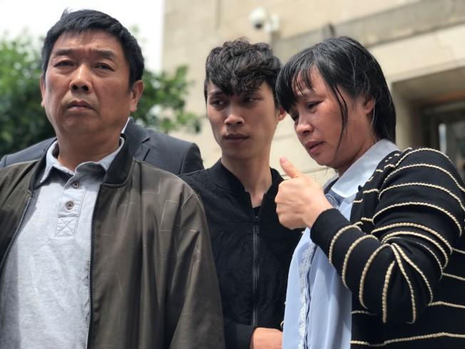章榮高(左)、章新陽(中)、葉麗鳳(右)對於章瑩穎的死仍難掩悲傷。(特派員黃惠玲╱攝影)